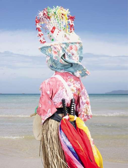 Au Japon, dieux, démons et autres farfadets sont encore bien vivaces dans l'imaginaire commun. Le photographe Charles Fréger est allé à la rencontre de ces personnages fantastiques qui surgissent lors des fêtes traditionnelles.ONEONDE NO ODORIKO (Fukuejima, préfecture de Nagasaki, au large de Kyushu). Lors du festival Oneonde, dont le nom provient des paroles d'une prière demandant une récolte abondante, les danseurs utilisent des gongs pour marquer le rythme et guider les participants (kake) qui défilent afin de réconforter les esprits des ancêtres.