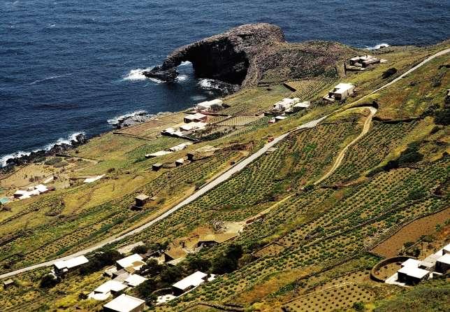 L'île de Pantelleria, dans le sud de l'Italie, près de la Tunisie.