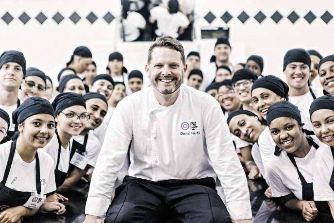 Au Brésil, le chef David Hertz forme les jeunes des favelas à la cuisine.