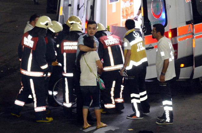 Les services de secours après l'attaque à l'aéroport Attatürk d'Istambul le 28 juin.