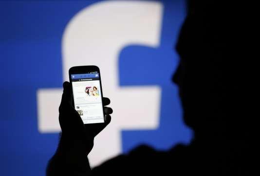 Un homme consulte Facebook sur son smartphone, à Zenica (Bosnie-Herzégovine), en 2013.