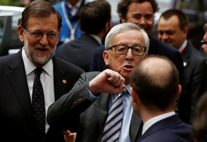 Le chef du gouvernement espagnol, Mariano Rajoy (à gauche), et le président de la Commission européenne, Jean-Claude Juncker (au centre), lors d'un sommet européen à Bruxelles, le 29 juin.