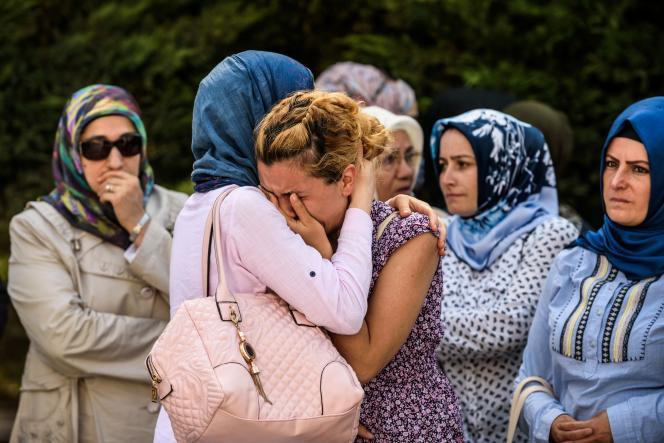 Funérailles d'une des victimes de l'aéroport d'Istanbul, au lendemain de l'attaque-suicide, qui a provoqué la mort de 42 personnes, le 29 juin 2016.