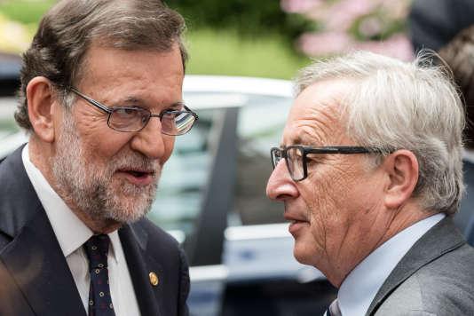 Le premier ministre espagnol, Mariano Rajoy et le président de la Commission européenne, Jean-Claude Juncker, le 29 juin en marge d'un sommet à Bruxelles.
