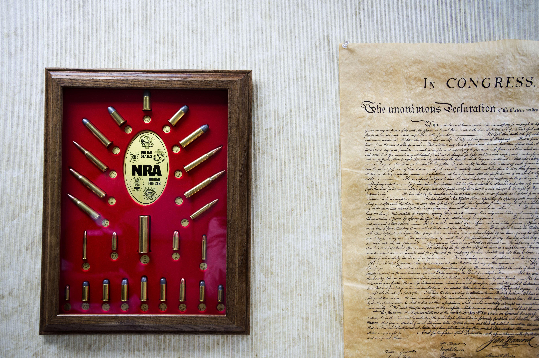 Au mur, dans le bureau de Christine Quinn, un trophée de la National Rifle Association, le lobby des armes à feu,et la déclaration d'indépendance de 1776.