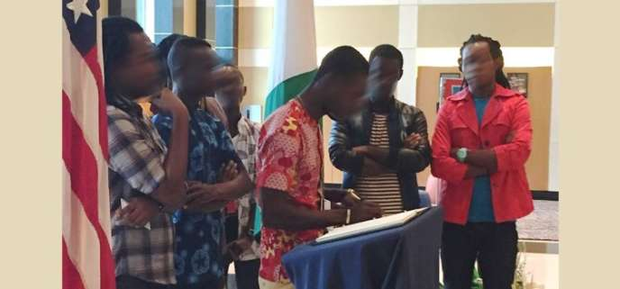 Des membres de la communauté homosexuelle d'Abidjan signent lelivret de condoléances en hommage aux victimes de la tuerie d'Orlando. Les visages ont été floutés.