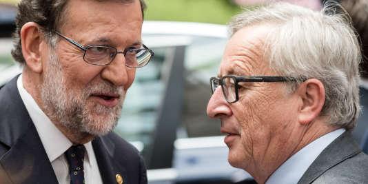 Le chef du gouvernement espagnol, Mariano Rajoy (à gauche), et le président de la Commission européenne, Jean-Claude Juncker, après un sommet européen à Bruxelles, le29juin.