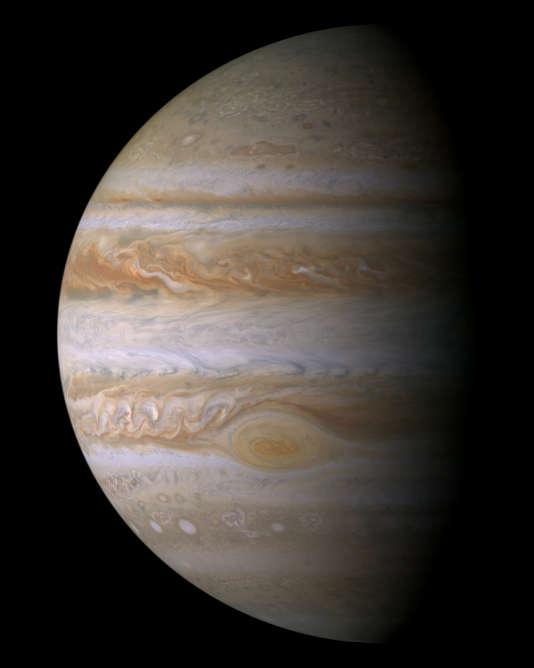 Image composite de Jupiter réalisée à partir d'un survol de lasonde Cassini en décembre 2000, à une distance de dix millions de kilomètres.