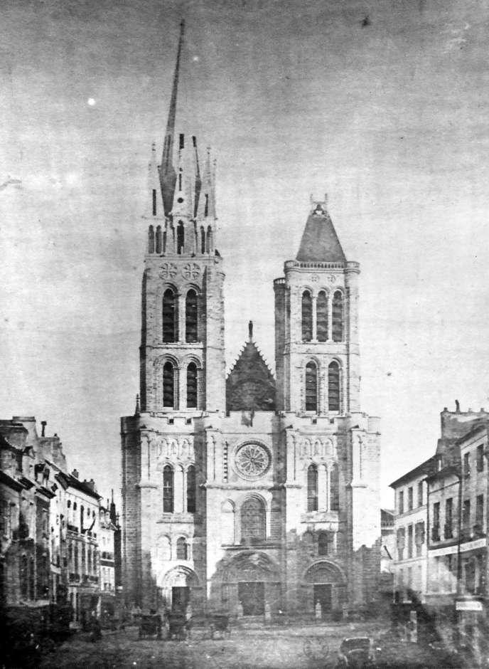 Photo d'un inconnu, avant que la tornade ne fragilise la flèche de la basilique devenue dangereuse et qu'elle soit démontée par François Debret, architecte en chef de monuments historiques, en chage de l'édifice.