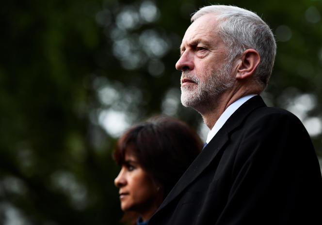 Le chef du Labour, Jeremy Corbyn, et son épouse, Laura Alvarez, après la cérémonie commémorant la bataille de la Somme à l'abbaye deWestminster à Londres, le 30 juin 2016.