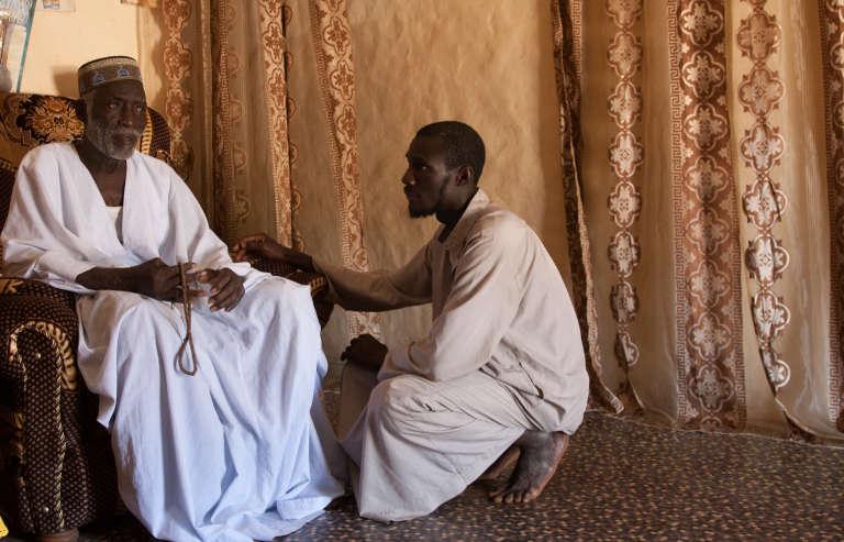 L'imam reste une personnalité centrale dans la vie des villages. Même les médecins doivent avoir leur accord pour soigner. Il est appelé à trancher en cas de désaccord ou de différend.