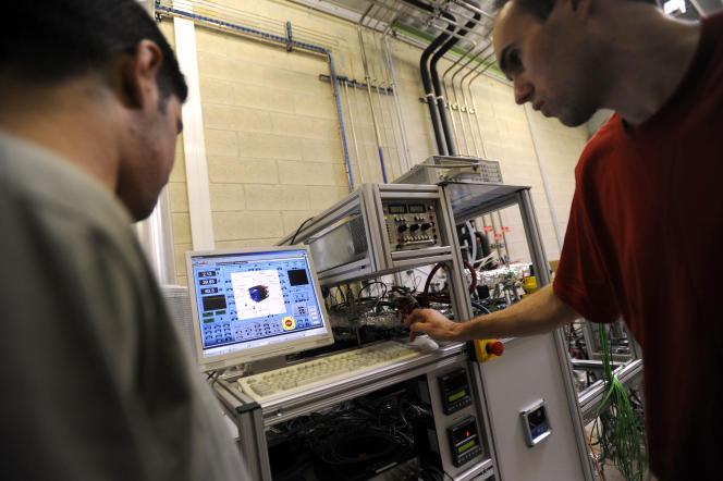 Deux ingénieurs travaillent sur un banc d'essai et testent une pile a combustible - Université de Technologie de Belfort-Montbelliard, le 13 octobre 2008