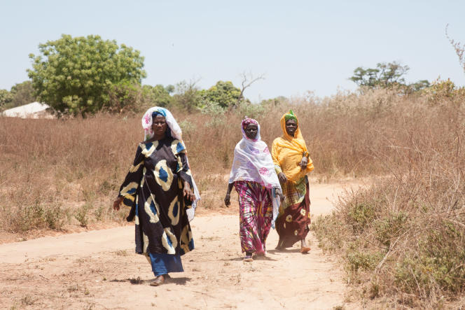 Jour de consultation à Dionie. Les femmes parcourent des kilomètres à pied pour voir les sages-femmes«volantes» de passage dans leur zone « de responsabilité».