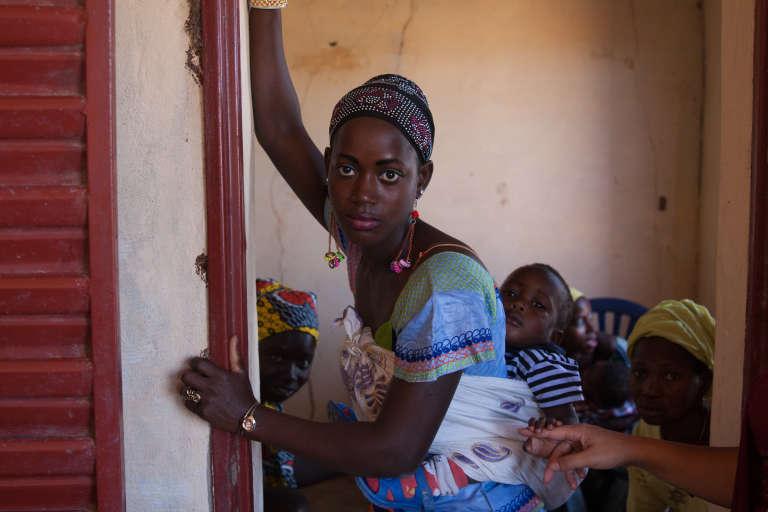 Une jeune femme venue avec son bébé en consultation gynécologique.
