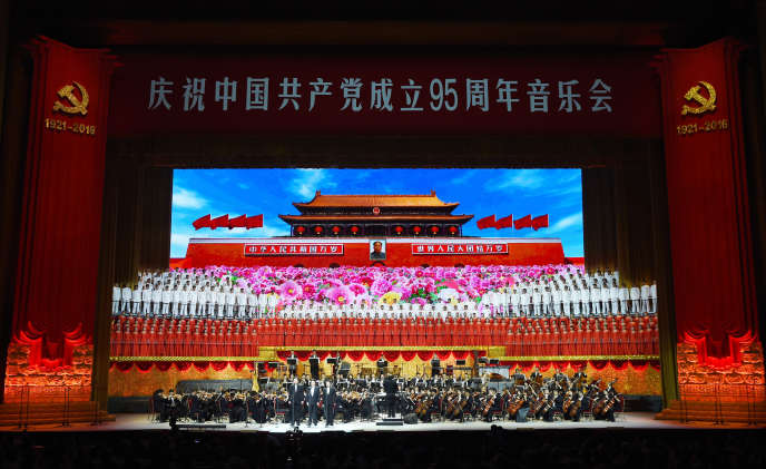 A la célébration des 95 ans du Parti communiste chinois, à Pékin, le 29 juin.In this photo released by China's Xinhua News Agency, members of a choir and orchestra perform during a concert commemorating the 95th anniversary of the founding of the Communist Party of China at the Great Hall of the People in Beijing, China, Wednesday, June 29, 2016. (Wang Ye/Xinhua via AP)