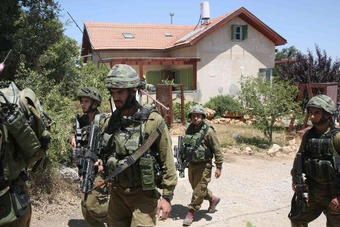 Des soldats israéliens devant la colonie de Kiryat Arba le 30 juin.