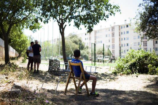 Marseille le 22 juin 2016, plusieurs bénévoles anglais sont venus dans la copropriété de la Sauvagère (10 arrdt) pour construire un terrain de football destiné aux jeunes habitants en lieu et place d'un terrain vague.