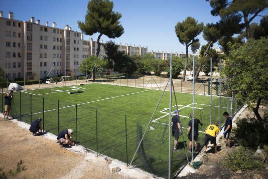 Marseille le 22 juin 2016, plusieurs bénévoles anglais sont venus dans la copropriété de la Sauvagère (10e arrdt) pour y construire un terrain de football destiné aux jeunes habitants en lieu et place d'un terrain vague.