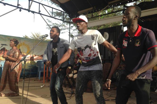 Le Balani Show Bizness est la rencontre musicale originale entre dix grands instrumentistes maliens et les jeunes pousses de l'électro rap de Bamako.