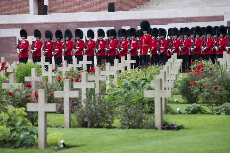 Un détachement de la Royal Horse Artillery a défilé en grande tenue. Ont alors retenti un court extrait du «God Save the Queen» et «La Marseillaise». Des airs de cornemuse ont retenti plusieurs fois.