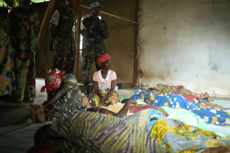 A l'hôpital d'Eringeti, les habitants du village sont venus pleurer les morts, massacrés à la machette le 3 mai 2016.