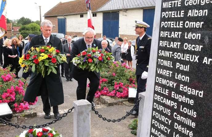 Le secrétaire d'Etat aux anciens combattants,Jean-Marc Todeschini (à droite) et l'ancien président allemand HorstKoehler devant le mémorial de Fricourt (Somme), le 1er juillet.