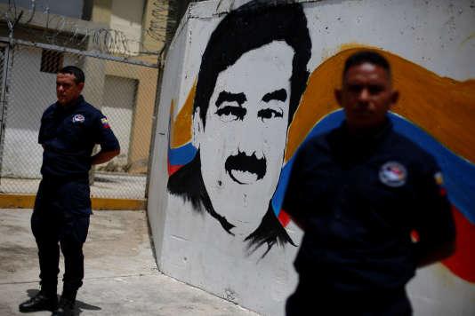 Le portrait du président vénézuélien, Nicolas Maduro, devant une prison de Guatire, en2016.