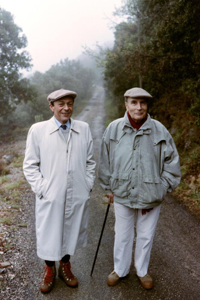 Le président François Mitterrand (D), accompagné de Michel Rocard, effectue une promenade le 19 avril 1988 dans la haute vallée de l'Hérault avant un meeting.