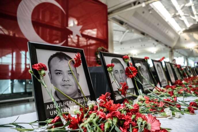 Hommage aux victimes de l'attentat de l'aéroport Atatürk, à Istanbul, le 30 juin 2016.