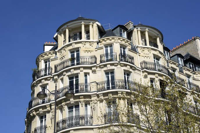A picture taken on April 14, 2015 shows a Haussmannian style building in Paris. AFP PHOTO / BERTRAND GUAY / AFP PHOTO / BERTRAND GUAY