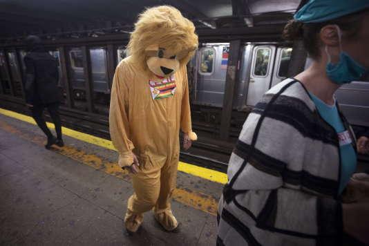 Un homme déguisée en Cecil dans le métro new-yorkais.