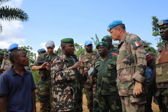 Le général des forces armées des casques bleus, Jean Baillaud, rencontre les militaires de l'armée régulière congolaise (FARDC) sur les lieux du massacre, à Eringeti, le 4 mai 2016.