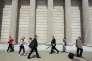 Des piétons devant la Banque d'Angleterre, à la City de Londres, le 28 juin.