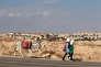 Des écolières palestiniennes passent à proximité de la colonie israélienne de Maale Adumim, en Cisjordanie, en novembre 2013.