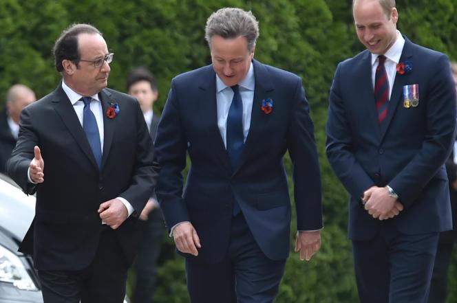 Le premier ministre britannique, David Cameron, entouré duprésident français, François Hollande, et du prince William, lors d'une cérémonie marquant le centenaire de la bataille de la Somme, le 1er juillet 2016.