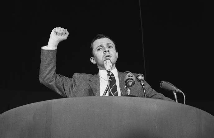 «Tout commence en 1974 quand Michel Rocard quitte le PSU pour rejoindre le Parti socialiste, dont il devient secrétaire national en charge du secteur public. L'année suivante il y organise une convention nationale qui adopte les « Quinze thèses sur l'autogestion », où se dessine une « révolution culturelle » de la gauche étatiste» (Photo: Rocard en 1969, à la tête du PSU).
