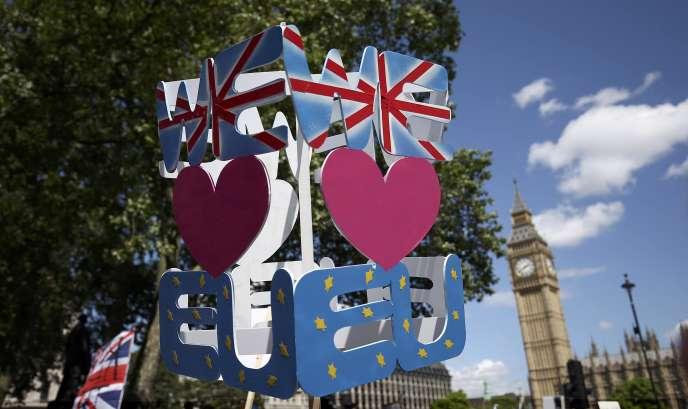 «Les dirigeants qui se rassembleront le 16 septembre à Bratislava pour débattre du futur de l'Europe doivent s'accorder sur une nouvelle vision positive de l'Europe, afin de renouer le dialogue avec les citoyens européens et de regagner leur confiance» (Photo:pancartes pro-européennes, à Londres le 2 juillet).