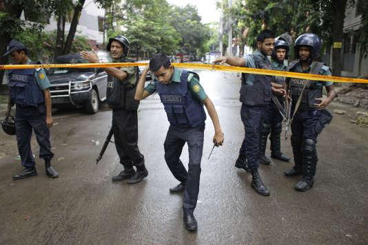 Des policiers bangladais dans le quartier de Dacca où une attaque, revendiquée par l'organisation de l'Etat islamique, a fait 20 morts vendredi 1er juillet.