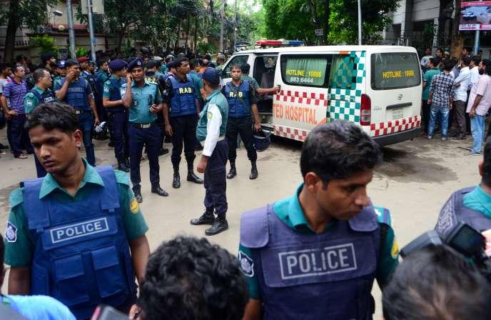 Le ministre de l'intérieur affirme qu'un groupe local est à l'origine de la prise d'otage qui a fait vingt morts à Dacca dans la nuit de vendredi à samedi.