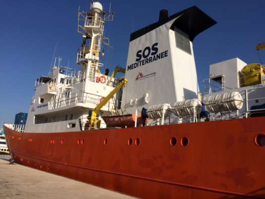 L'«Aquarius», bateau de SOS Méditerranée, au repos en attendant le départ.