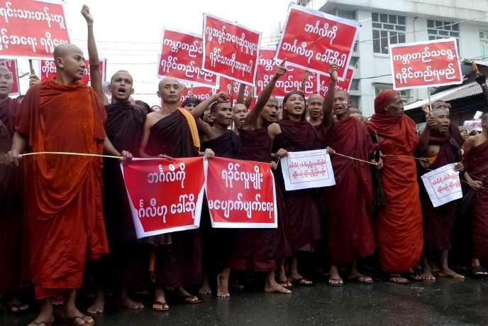 Des moines bouddhistes participent à une manifestation antimusulmane à Sittwe, dans l'Etat de Rakhine (ouest de la Birmanie), le 3 juillet.