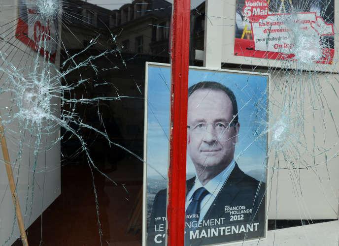 Local du parti socialiste vandalisé à Paris , le 5 avril 2013.