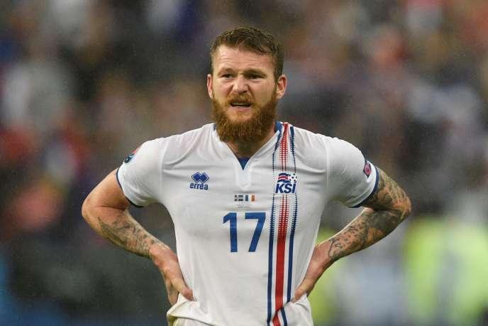 Le milieu islandais Aron Gunnarsson, lors du match de quart de finale de l'Eurocontre l'équipe de France, à Marseille, le 3 juillet.