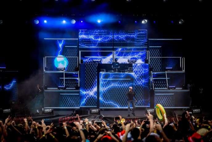 La nouvelle vedette du rap français, Nekfeu, a mis le paquet sur les installations lumière, les vidéos, les cotillons, et autres ballons.