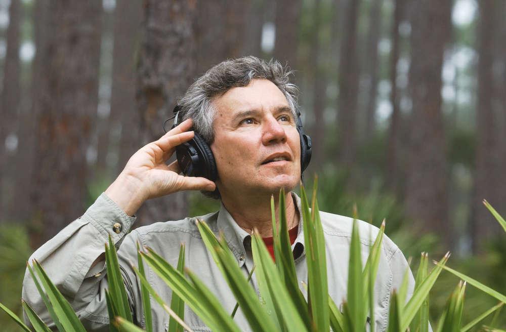 «Bernie Krause est à l'origine du concept de biophonie qui désigne l'ensemble des sons produits par tous les organismes vivants au sein d'un écosystème. Travaillant sur de nombreux sites de recherche, il a bâti depuis la fin des années 60 une exceptionnelle collection de paysages sonores qui comporte aujourd'hui plus de 5 000 heures d'enregistrement, incluant plus de 15 000 espèces animales ».