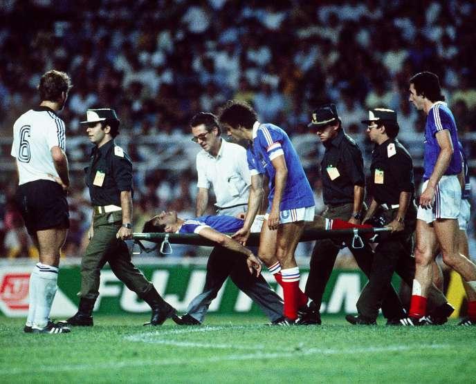 Michel Platini accompagne Patrick Battiston après son choc avec Harald Schumacher le 8 juillet 1982 à Séville.