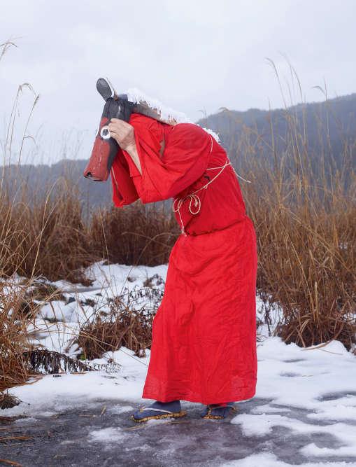 KOMA (Niino, préfecture de Nagano, dans le centre d'Honshu). Le festival de la Neige de Niino se déroule au sanctuaire Izu, dans la montagne. Pour faire fuir les animaux nuisibles aux récoltes, des danseurs montent sur des acteurs déguisés en chevaux (koma). La présence de la neige est considérée comme un bon présage pour la récolte à venir.