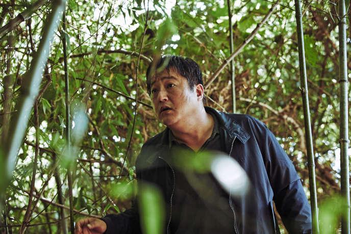 Dans « The Strangers », le comédien Kwak Do-Won campe un policier de campagne, balourd et maladroit, qui enquête sur une série de crimes atroces.