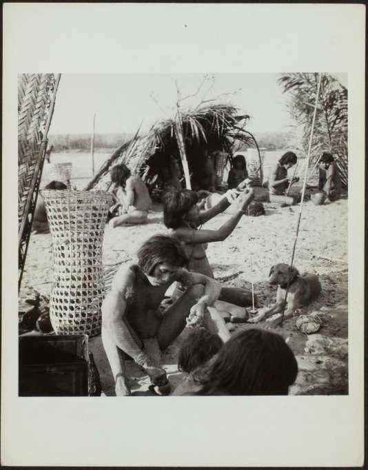 Photo d'indiens Nambikwara, un peuple autochtone du nord-nuest du Mato Grosso, par Claude Lévi-Strauss.