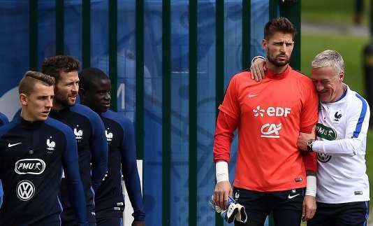 Didier Deschamps apprécie l'humour de son troisième gardien Benoît Costil.